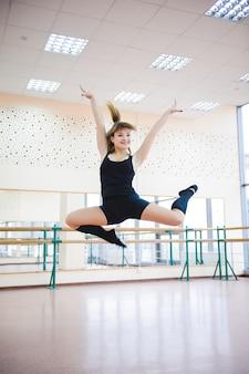 Tancerz wykonuje ćwiczenia w klasie baletowej