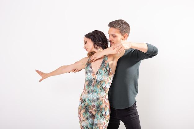 Tancerze Salsy, Kizomby I Bachaty Na Białej ścianie Z Miejscem Na Kopię. Koncepcja Tańca Społecznego Premium Zdjęcia