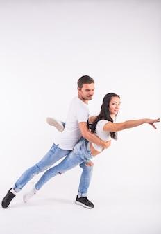 Tancerze salsy, kizomby i bachaty na białym tle. koncepcja tańca społecznego.