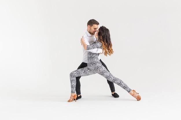 Tancerze salsy, kizomby i bachaty na białym tle z miejsca kopiowania. koncepcja tańca społecznego