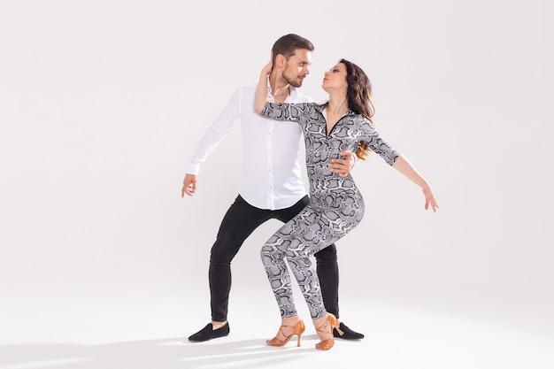 Tancerze salsy, kizomby, tanga i bachaty na białym tle kopia przestrzeń. koncepcja tańca społecznego