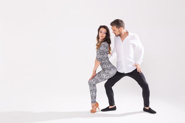 Tancerze salsy, kizomby, tanga i bachaty na białym tle z miejsca kopiowania. koncepcja tańca społecznego