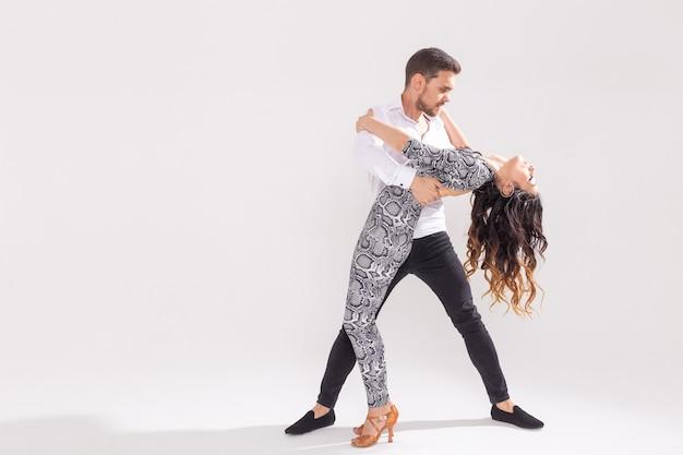 Tancerze Salsy, Kizomby, Tanga I Bachaty Na Białym Tle Z Miejsca Kopiowania. Koncepcja Tańca Społecznego Premium Zdjęcia