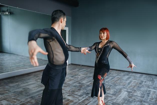 Tancerze w kostiumach na treningu tańca ballrom