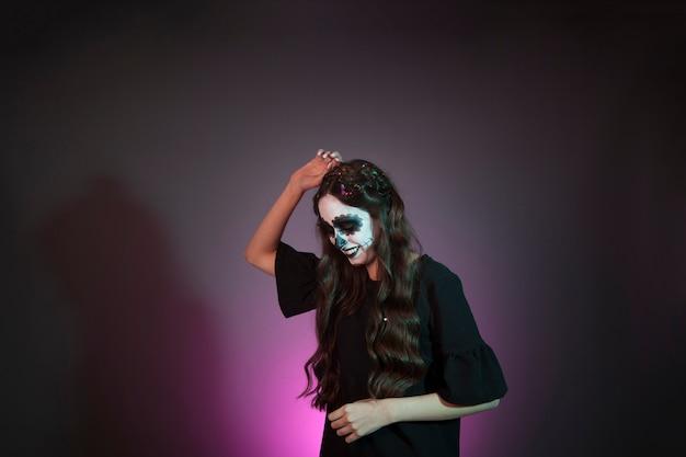 Tańcząca dziewczyna ubrana jak czarownica