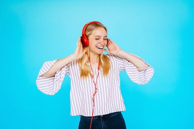 Tańcząca kobieta słucha muzyki w słuchawkach