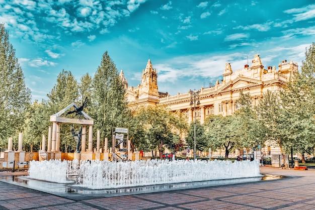 Tańczące fontanny na placu wolności w budapeszcie. wcześnie rano. węgry.