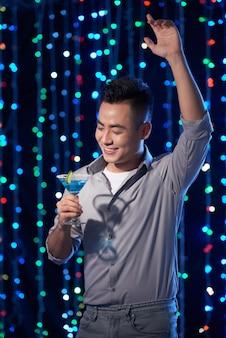 Tańczący i pijący facet