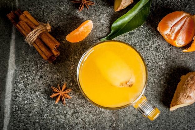 Tangerine imbirowa herbata z cynamonem i anyżem, z składnikami, na zmroku kamienia tle, kopia astronautyczny odgórny widok