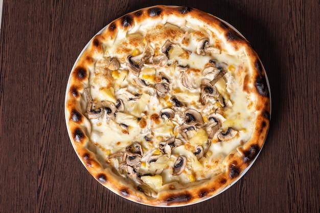 Tania pizza z pieczarkami, ananasem i kukurydzą. w dowolnym celu.