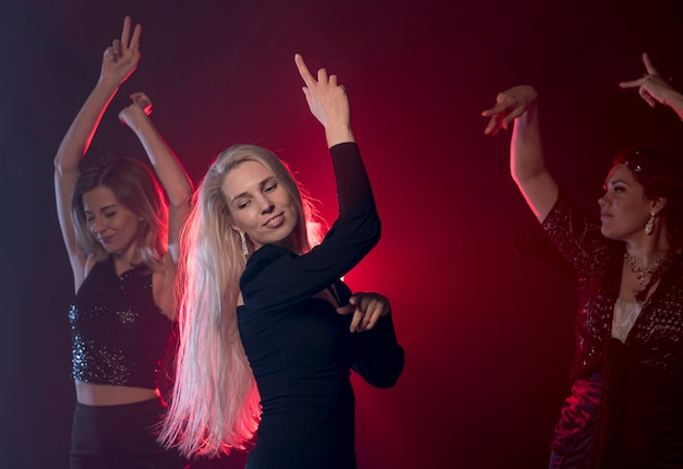 Taniec kobiet widok z boku