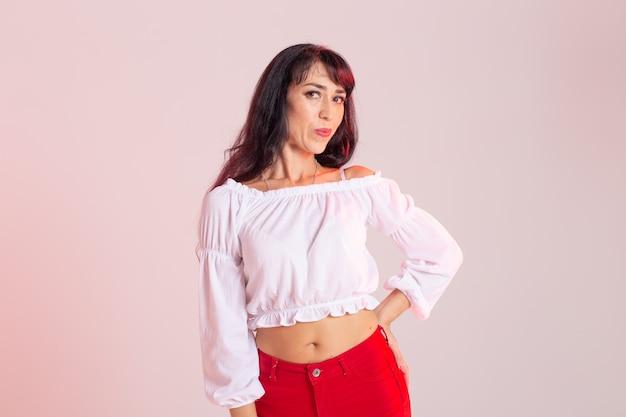 Taniec latynoamerykański, bachata lady, jazzowa koncepcja tańca nowoczesnego i modowego - piękna młoda kobieta tańcząca na tle z miejscem na kopię