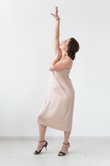 Taniec latynoski, taniec ze striptizem, koncepcja damy współczesnej i bachata. kobieta tańczy improwizacji na