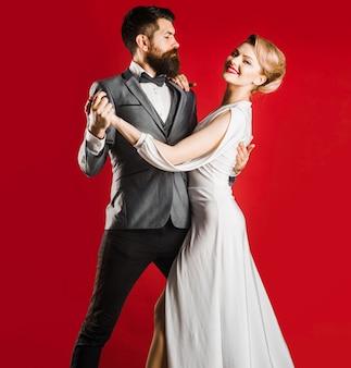 Taniec, salsa, walc. para tancerz w sali balowej. koncepcja pasji i miłości.