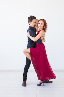 Taniec społeczny, bachata, kizomba, salsa, koncepcja tanga - portret kobiety mężczyzna ubrany w zbliżenie