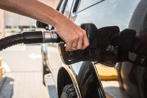 Tankowanie ciężarówki diesel stacji benzynowej