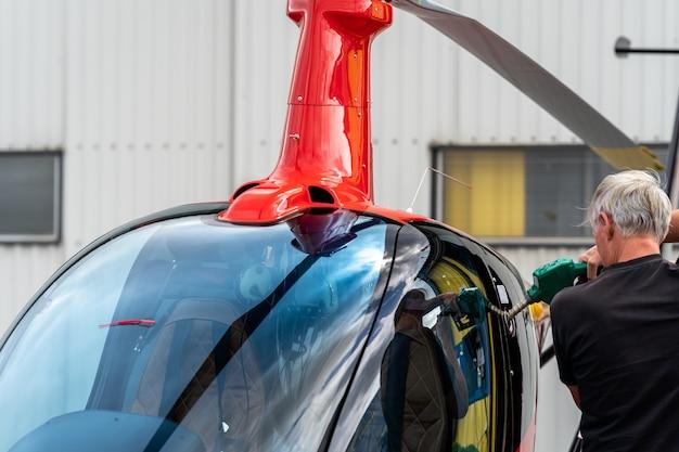 Tankowanie małego prywatnego helikoptera
