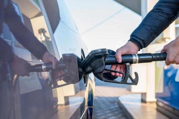 Tankowanie samochodu osobowego na stacji benzynowej