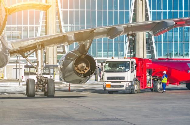 Tankowanie samolotów, konserwacja samolotów na lotnisku.
