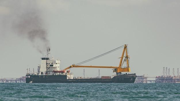 Tankowiec na pełnym morzu