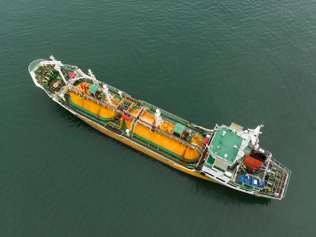 Tankowiec na ropę naftową lpg ngv w przemysłowej posiadłości tajlandia / tankowiec do portu w singapurze