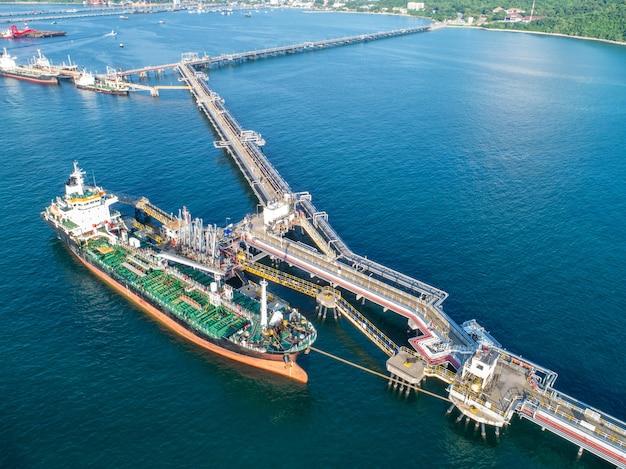 Tankowiec, tankowiec na pełnym morzu. rafineria przemysłu statek towarowy, widok z lotu ptaka