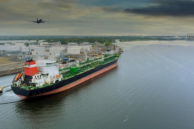 Tankowiec z ropą ładuje się w terminalu portu operacyjnego