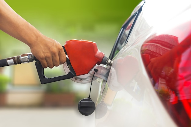 Tankuj samochód z benzyną, tankuj samochód na stacji tankowania