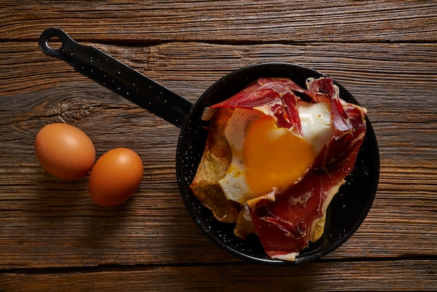 Tapas huevos rotos rozdrobnione jajka z szynką