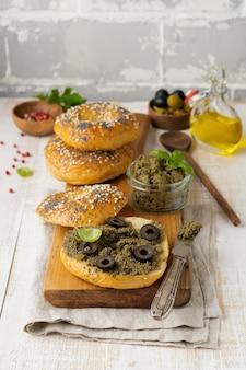Tapenade, tradycyjne danie prowansalskie z czarnymi i zielonymi oliwkami