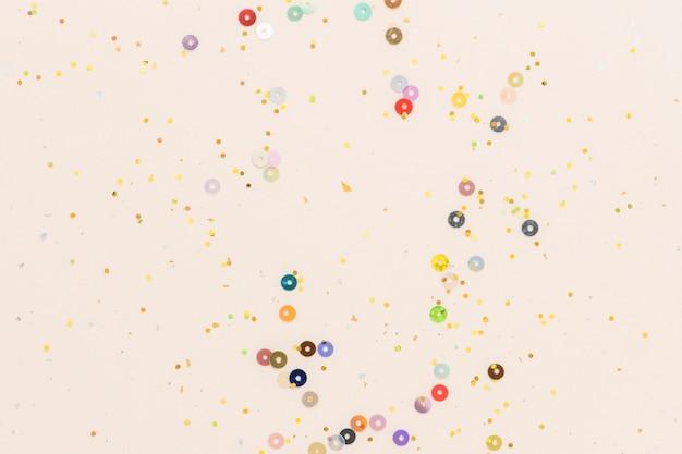 Tapeta brzoskwiniowa w kolorowe konfetti