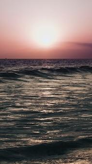 Tapeta na telefon komórkowy ze słońcem nad morzem