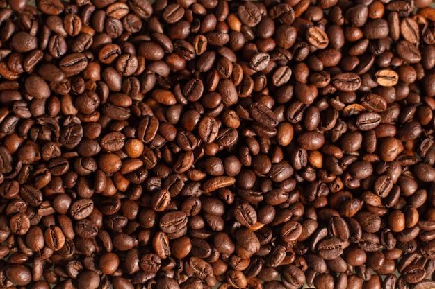 Tapeta z ziarnami świeżej kawy. tło z palonych ziaren kawy. dzień dobry. kawiarnia.