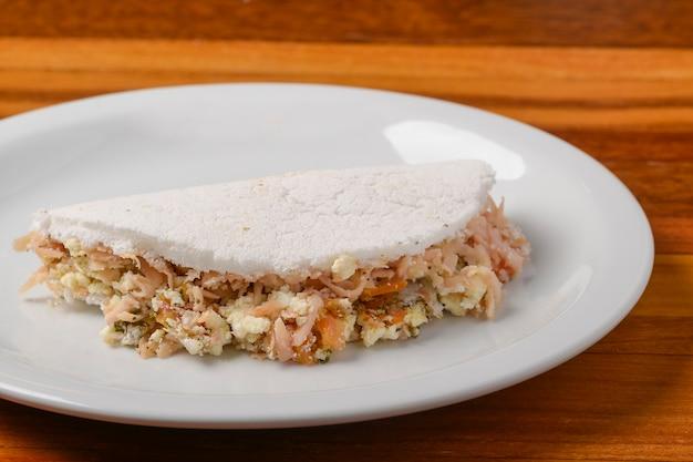 Tapioka na białym talerzu na drewnianym stole