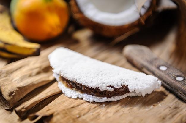 Tapioka ze słodyczą kokosową, papają i bananem. przysmak z północno-wschodniego regionu brazylii.
