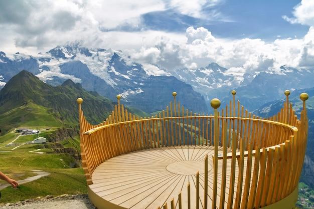 Taras widokowy na punkcie obserwacyjnym, punkt widzenia w alpach góry, szwajcaria