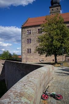 Taras widokowy starego zamku w niemczech. piękne widoki na okolicę i błękitne niebo z chmurami.