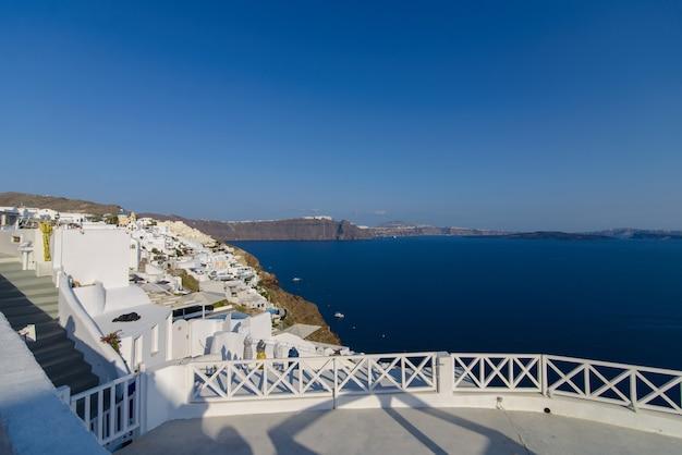 Taras widokowy z widokiem na morze i miasto oia na santorini.