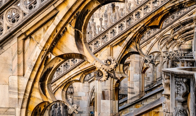Tarasy dachowe słynnej katedry duomo w mediolanie