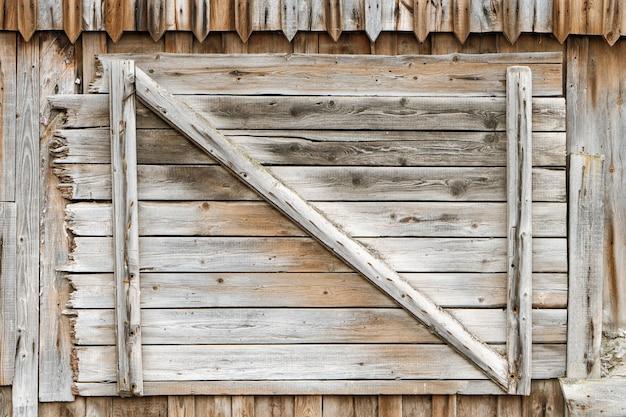 Tarcza z dużą liczbą równoległych tekstur drewnianych bali
