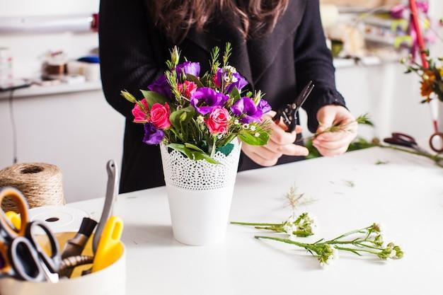 Targ kwiatów. inna dekoracja na bukiety znajduje się na stole w sklepie florystycznym, ikebana