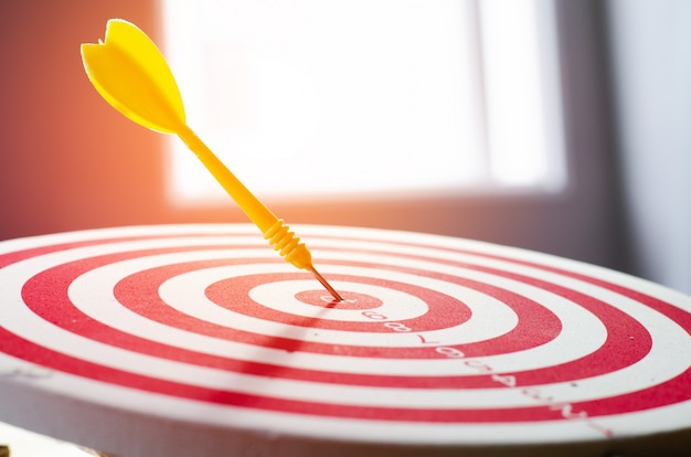 Target dart pin na centrum 10 punkt dartboard koncepcja marketingu.