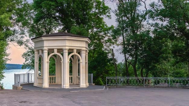 Tarnopol, ukraina 06.07.2021. nasyp stawu tarnopol na ukrainie w letni poranek