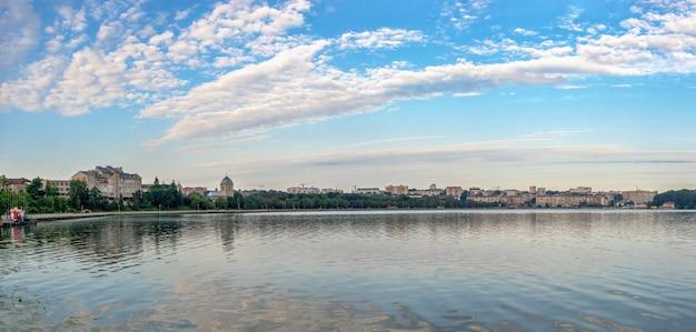 Tarnopol, ukraina 06.07.2021. widok na staw tarnopol i nasyp w letni poranek