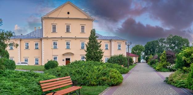 Tarnopol, ukraina 06.07.2021. zabytkowy zamek na nabrzeżu tarnopola na ukrainie, w letni poranek