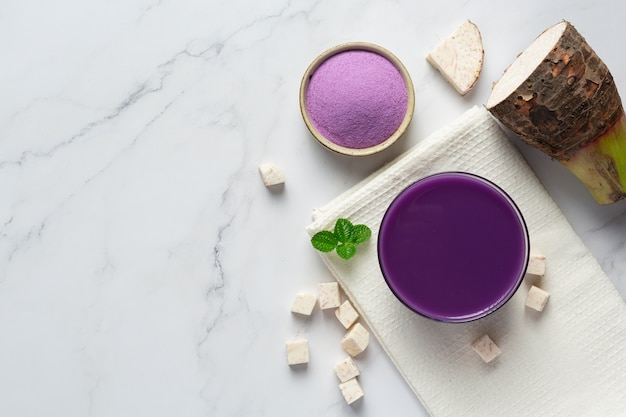 Taro ziemniaczana mrożona herbata na stole