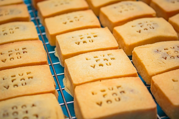 Tarta ananasowa lub ciasto ananasowe to słodkie tradycyjne tajskie ciasto.