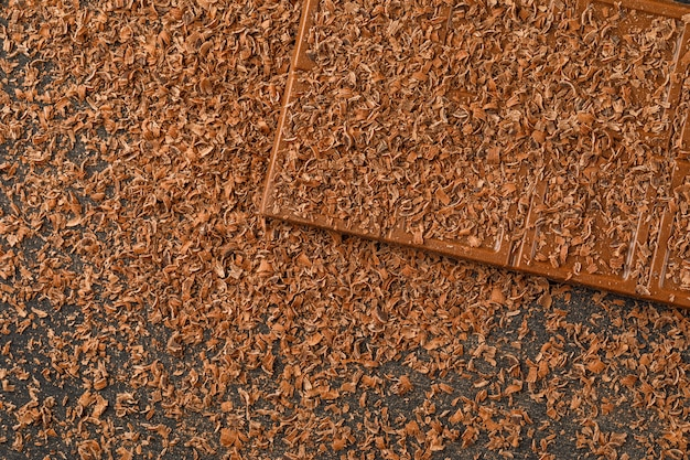 Tarta czekolada z płaskim batonikiem leżała na ciemnym tle