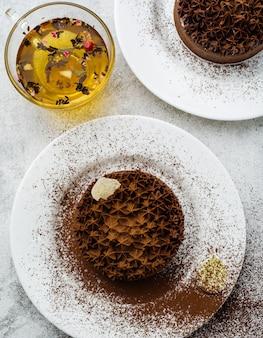 Tarta czekoladowa z białym nadzieniem.
