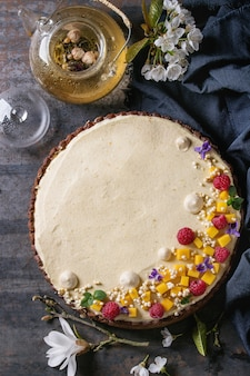 Tarta czekoladowa z mango i malinami